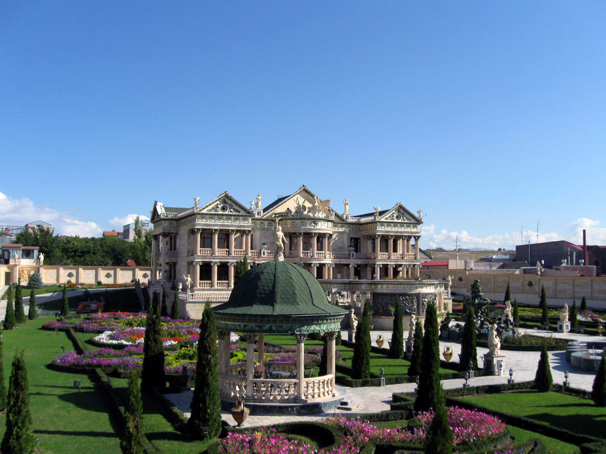 Photos from yerevan armenia for Mezzo classic house yerevan